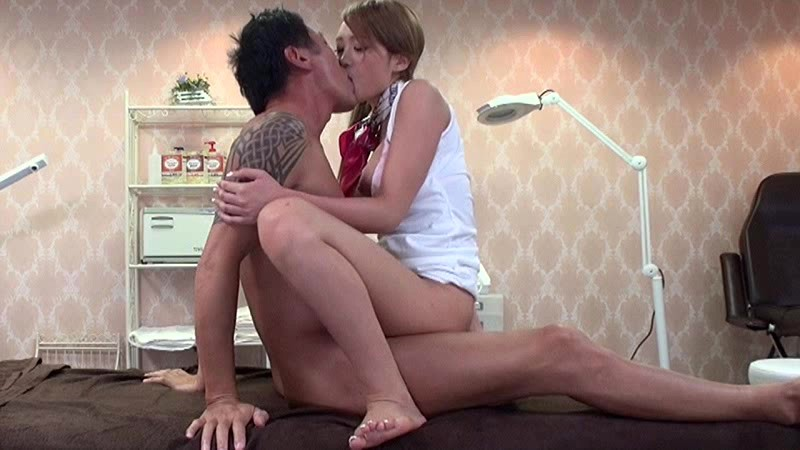Constant Kissing At The Men's Beauty Salon (1iene00608)