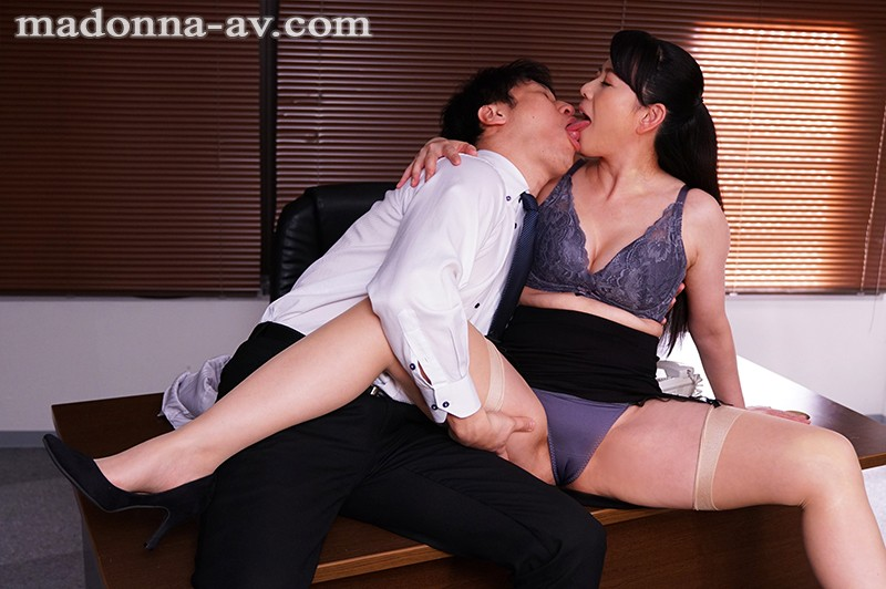 [JUY-861] I'm The New Guy At Work And My Female Boss Keeps Toying With Me During Work Eriko Miura
