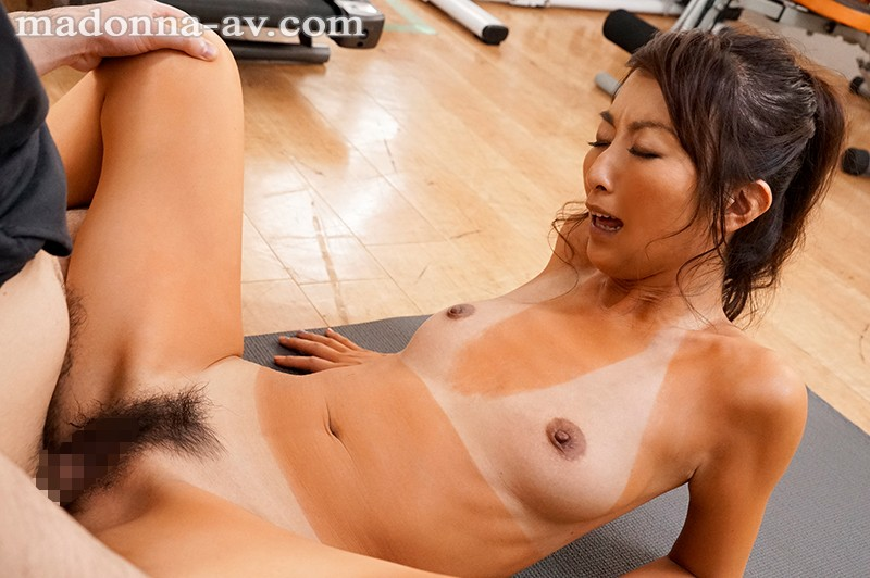 JUY-930 She's A Married Fitness Instructor Who Tempts Men With Her Healthy Brown Skin