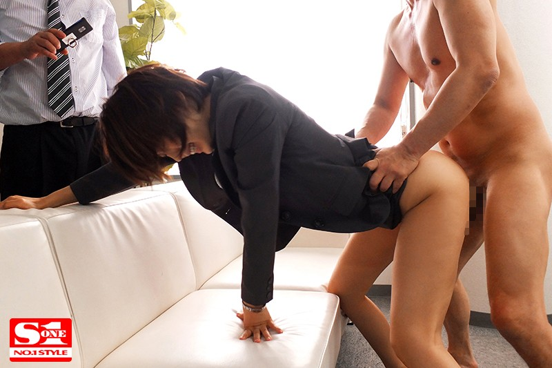[SSNI-567] Aoi-san From The HR Department Rescued Me In My Time Of Need, But When She Was Getting Fucked, All I Could Do Was Sit There And Watch While I Got An Erection Tsukasa Aoi